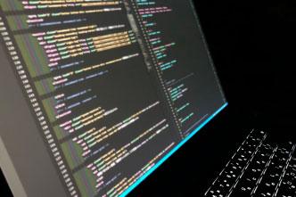 コーディングしているパソコンの画面